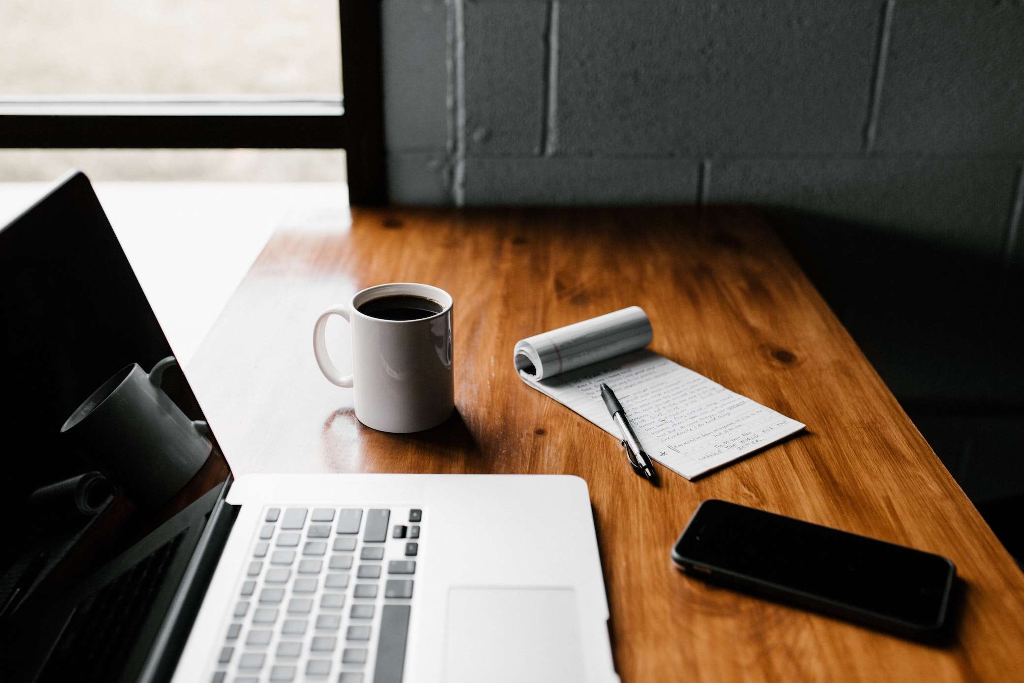 Laptop mit Kaffee und Lebenslauf