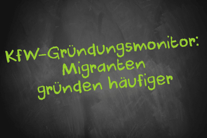 Tafel mit Aufschrift: KfW-Gründungsmonitor: Migranten gründen häufiger