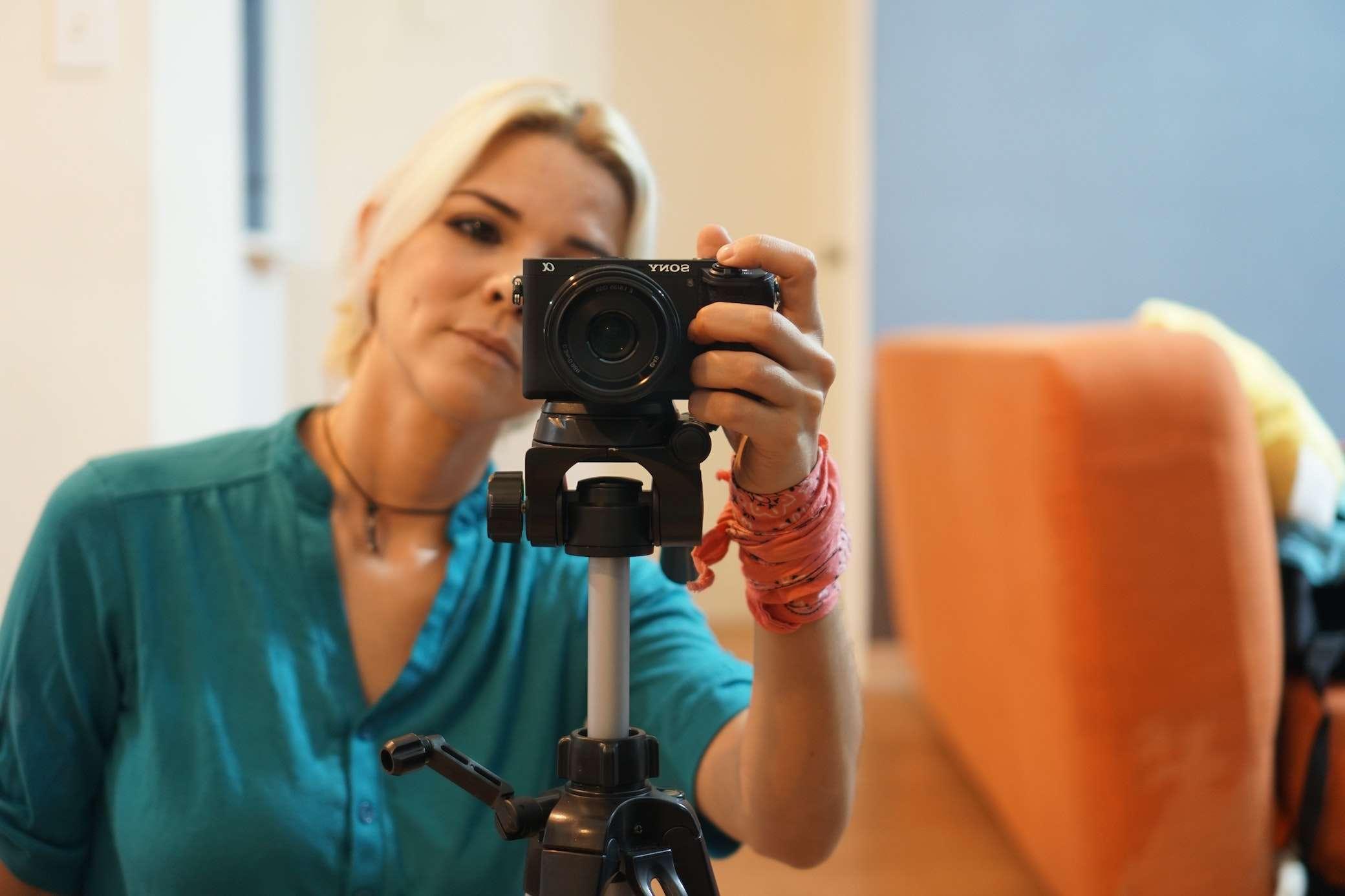 Frau dreht Ihre Videobewerbung