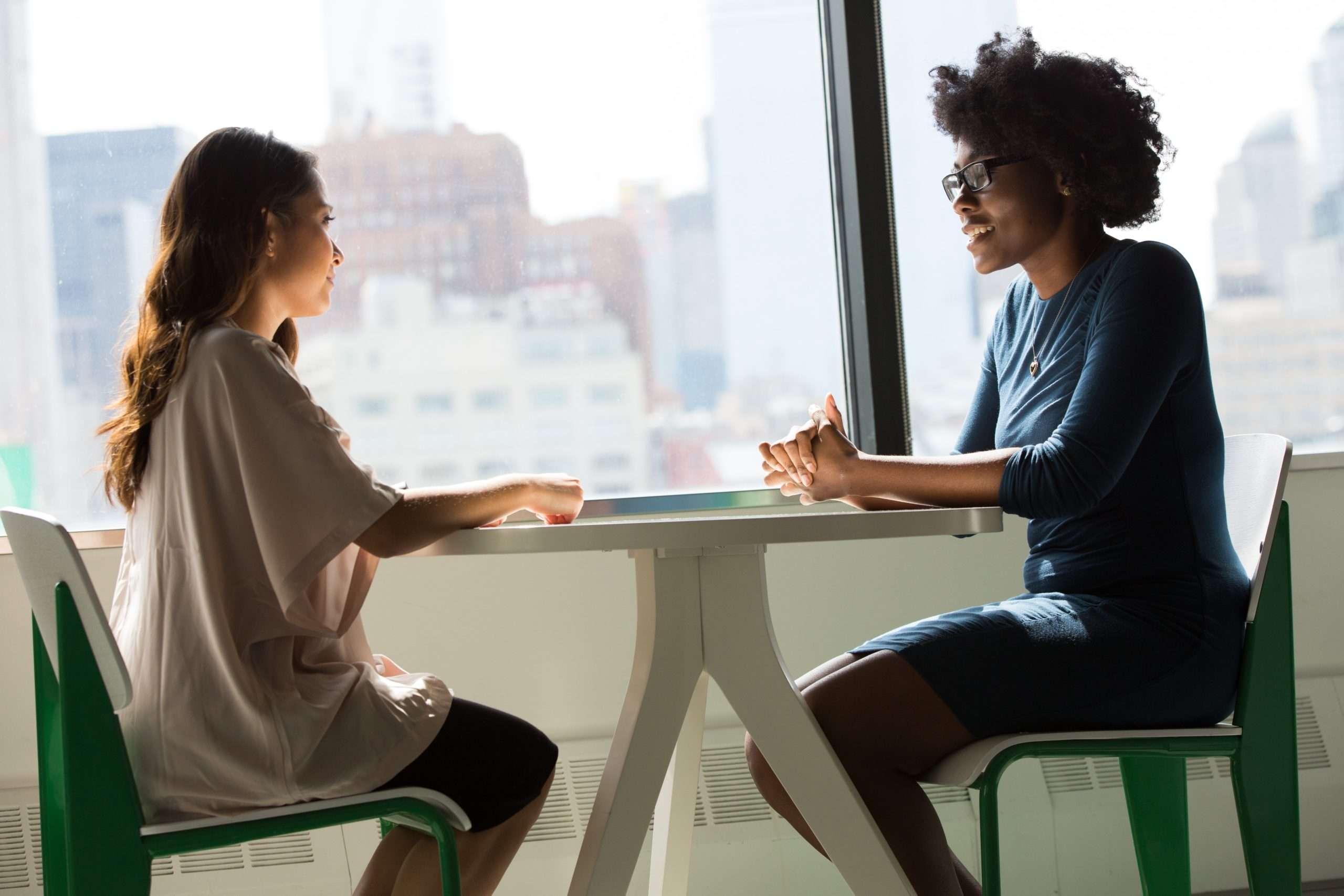 Verhalten im Vorstellungsgespräch: die perfekte Körpersprache beherrschen.