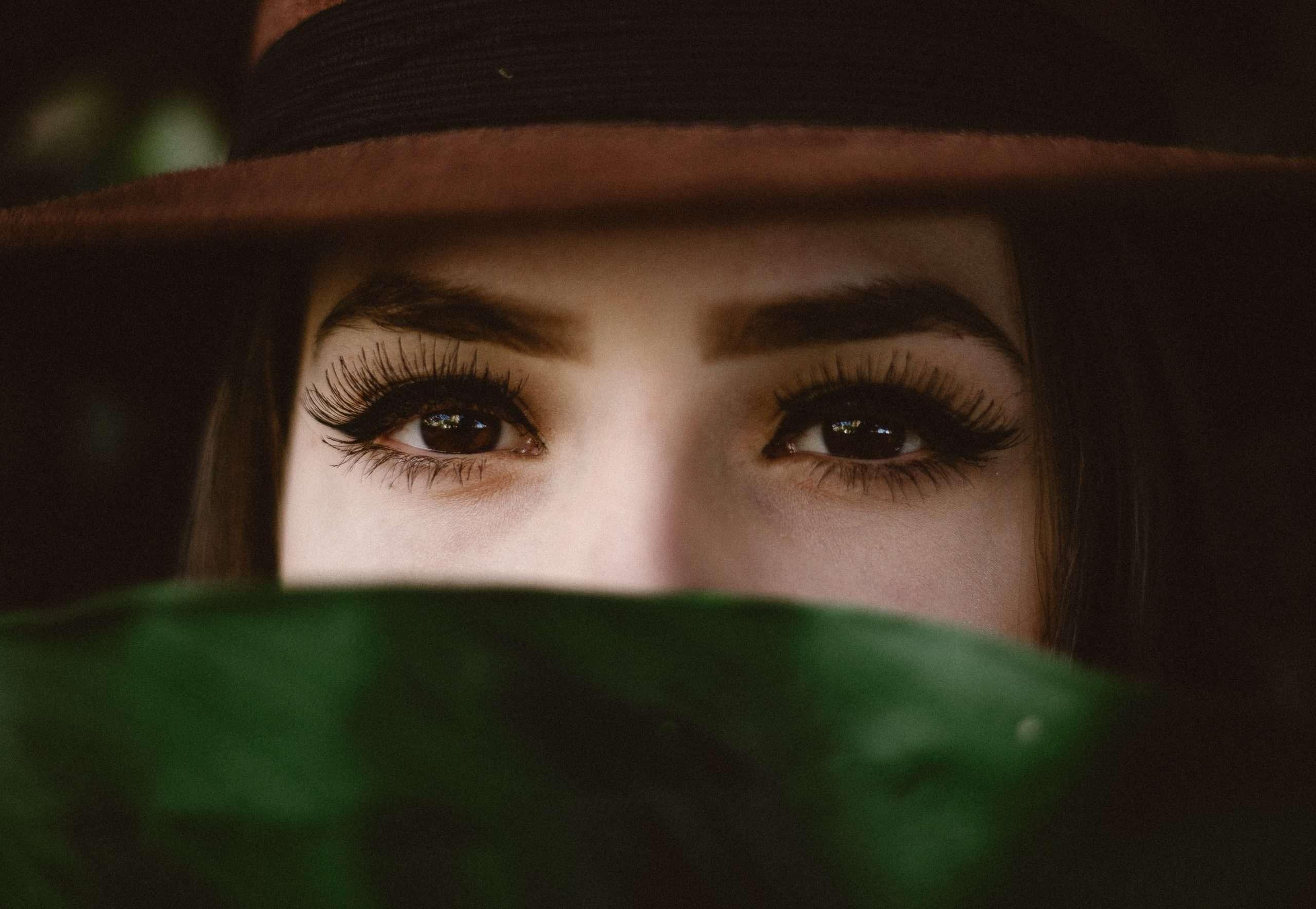 Blickkontakt im Vorstellungsgespräch halten.