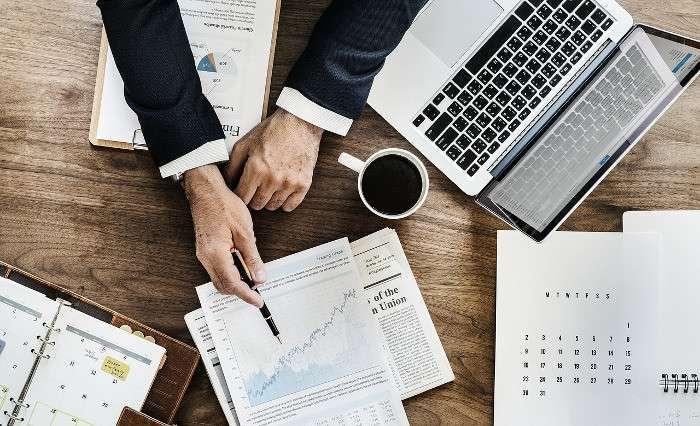 Arbeitsplatz mit Chart: Tendenz steigend