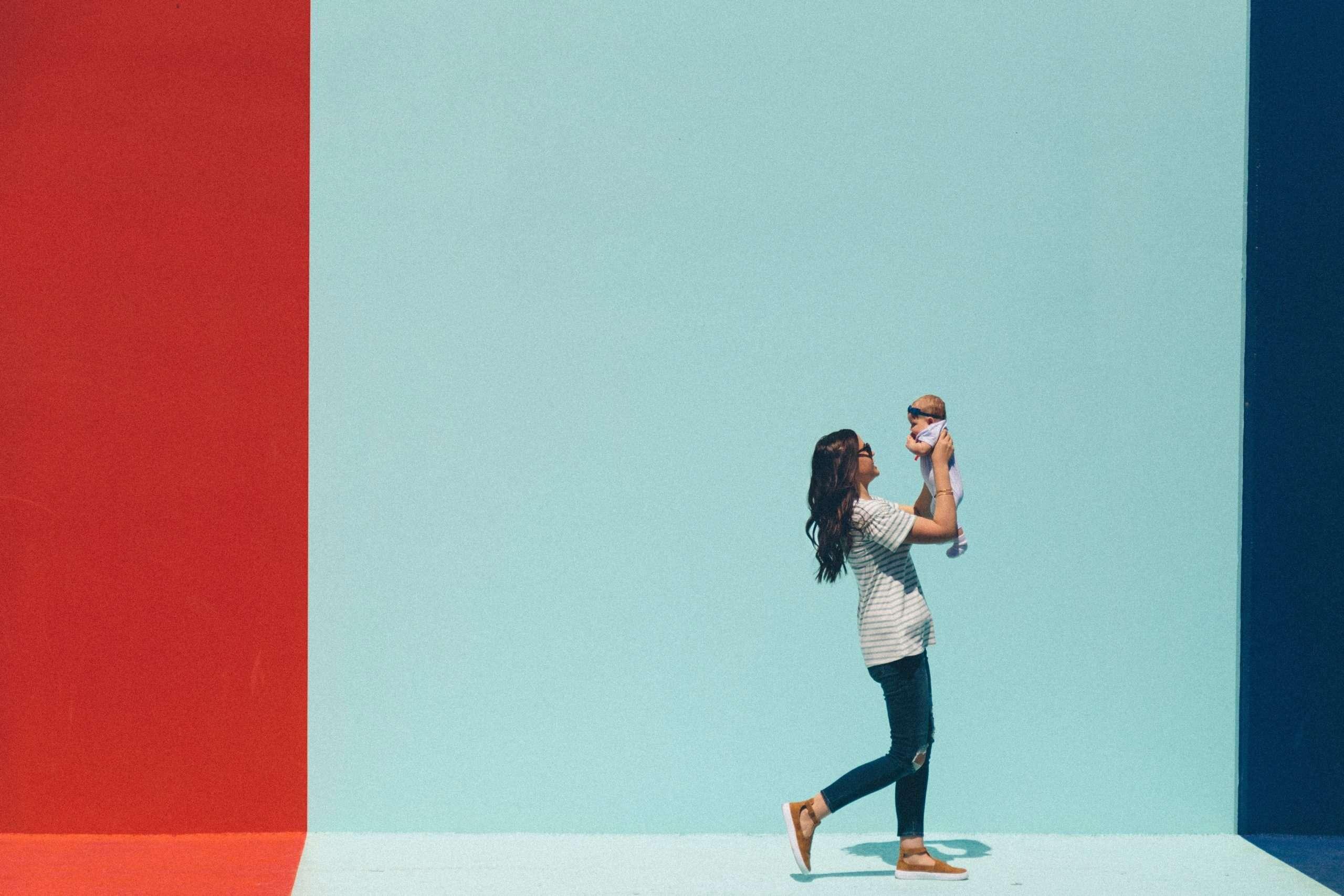 Frau mit Baby geht nach rechts